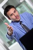 Empresário, segurando sua mão para fora para um aperto de mão — Foto Stock