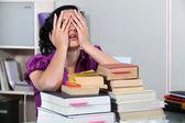Studente di giurisprudenza sopraffatto — Foto Stock