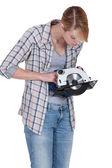 Donna confusa dalla sega circolare — Foto Stock