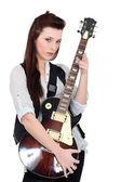 Brünette posiert mit e-gitarre — Stockfoto