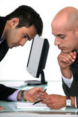Dwóch biznesmenów dowód czytania ostateczny projekt wniosku — Zdjęcie stockowe