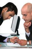 Två affärsmän motståndskraftig läsning slutliga utkastet till förslag — Stockfoto