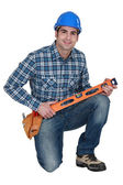 Builder knelt holding spirit level — Stock Photo