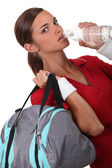 女性は、水を飲む — ストック写真