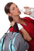 água potável de mulher — Foto Stock
