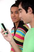Due giovani con il cellulare — Foto Stock