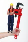 女人控股扳手 — 图库照片