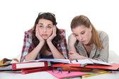 Zwei freundinnen zusammen überarbeiten — Stockfoto