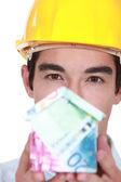 Bauarbeiter holding haus aus geld gemacht — Stockfoto