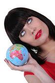Chytrá žena se zeměkoule v ruce — Stock fotografie