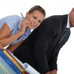 šéf seděl s asistentkou — Stock fotografie