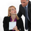 Foto Stock: Womsilently communicating with her boss