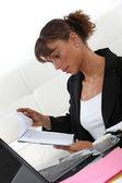 Kobieta patrząc w notatniku — Zdjęcie stockowe