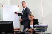 Biznesmen stał przez tablicę typu flip-chart — Zdjęcie stockowe