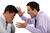 Baas schreeuwen tegen werknemer — Stockfoto