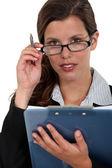 Všímavá žena přes brýle — Stock fotografie