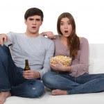 casal no sofá com pipoca — Foto Stock