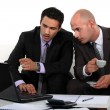 Foto Stock: Business professionals discussing report