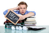 Un oficinista con exceso de trabajo — Foto de Stock
