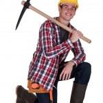 Junge Arbeitnehmer mit einer Spitzhacke — Stockfoto