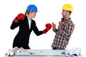 Architect and builder coming to blows — Stock Photo