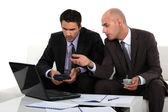 Zwei unternehmer arbeiten diskutieren — Stockfoto
