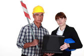 Female architect with construction worker — Stok fotoğraf