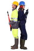 Hombre con tenazas y la mujer con un taladro — Foto de Stock