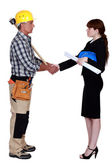 Architect and construction worker shaking hands — Stok fotoğraf
