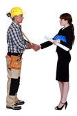 Architekt i budowy pracownik drżenie rąk — Zdjęcie stockowe