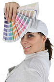 Woman displaying paint swatch — Stock Photo