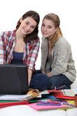 Två kvinnliga studenter revidera tillsammans — Stockfoto