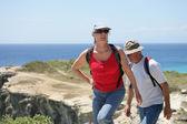 пожилые супружеские пары пешие прогулки у моря — Стоковое фото