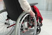 Persona anziana su sedia a rotelle — Foto Stock