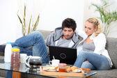 Par consulting sin e-post före frukost — Stockfoto