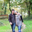 casal a passear no bosque — Foto Stock