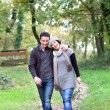casal a passear no bosque — Foto Stock #18423941