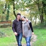 casal a passear no bosque — Foto Stock