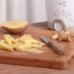 tagliare una patata — Foto Stock