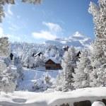 vivienda de madera en la nieve — Foto de Stock
