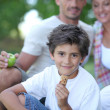 Family enjoying outdoors picnic - Stockfoto