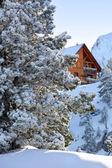 雪の中でシャレー — ストック写真