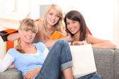 Três jovem regressava de uma viagem de compras — Foto Stock