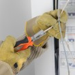 electricista usando pelacables — Foto de Stock