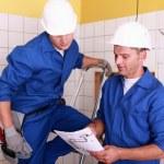 electricistas trabajando juntos — Foto de Stock