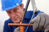 Idraulico taglio tubo rame — Foto Stock