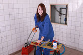 Kobieta cięcie rur z tworzyw sztucznych — Zdjęcie stockowe
