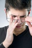 Homme avec problème d'acuité visuelle — Photo