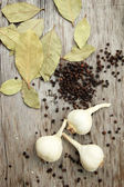 Garlic, pepper and bay leaf — Stock Photo
