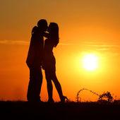 Paar bij zonsondergang — Stockfoto